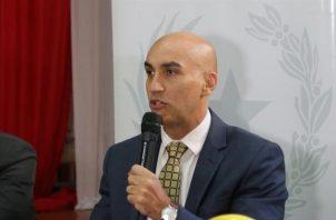 El ministro de Salud de Paraguay, Julio Mazzoleni, ofrece mayores detalles sobre el primer caso de coronavirus. FOTO/EFE