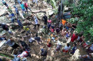 """habitantes y bomberos buscando a los desaparecidos tras el derrumbe en el """"Morro do Macaco Molhado"""", en Guarujá. FOTO/EFE"""