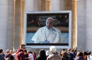 La emergencia por el coronavirus ha llevado a que el rezo dominical del ángelus del papa haya sido transmitido este domingo en video por varias pantallas gigantes. FOTO/EFE