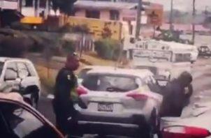 Incidente entre policía del tránsito y un bombero.