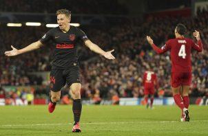 Marcos Llorente del Atlético Madrid festeja su gol ante Liverpool. Foto:AP