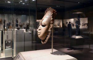 Una máscara en el Museo Metropolitano de NY. Artículos como los Bronces de Benín fueron saqueados en los 1800s. Foto / Andrea Mohin/The New York Times.