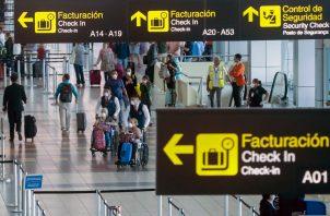 El doctor Xavier Sáez-Llorens precisó que las medidas por el coronavirus a nivel de aeropuertos son cada vez más improductivas, costosas y perturbadoras. Foto AP