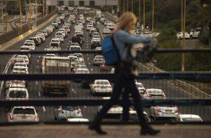 """""""Es un solo embotellamiento enorme que no tiene fin"""", dijo un automovilista sobre el tráfico. Una autopista en Tel Aviv. Foto / Dan Balilty para The New York Times."""
