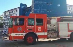 El corto circuito ocasiono una gran cantidad de humo, obligando el desalojo de las personas que estaban en pre operatorio. Foto/José Vásquez