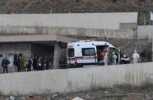 Los autobuses llevan a ciudadanos turcos que regresaron de Arabia Saudita para peregrinar a la Umrah, para colocarlos en dormitorios para evitar la propagación del nuevo coronavirus COVID-19, como parte de las medidas de cuarentena, en Ankara,  FOTO/EFE