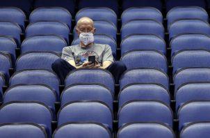 Mike Lemcke, de Richmond, Virginia, se sienta en un coliseo del baloncesto universitario de la NCAA. Foto AP