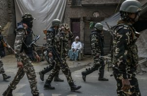 Más de 40 personas han muerto en violencia sectaria en Nueva Delhi. Un patrullaje policiaco. Foto / Atul Loke para The New York Times.