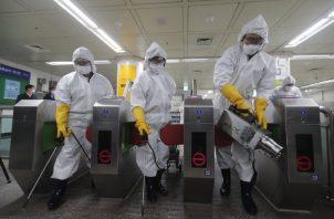 Los operativos de limpieza en los aeropuertos de diferentes partes del mundo se han intensificado por el coronavirus. Foto AP