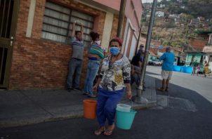 Los venezolanos buscan agua desesperadamente FOTO/EFE
