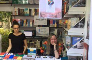 Giovanna Benedetti (der), en la Feria Internacional del Libro de Madrid, España, en junio de 2019. Foto: Cortesía