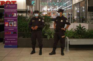 Fuerzas de seguridad vigilan un centro comercial cerrado en San Salvador. Foto: EFE.