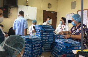 La comida fue repartida entre personal médico y demás colaboradores de ese centro hospitalario. Foto: CSS.