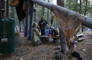 Lynx Vilden enseña a un grupo a hacer herramientas con huesos de venado. Su curso de 10 días cuesta 600 dólares. Foto / Ruth Fremson/The New York Times.
