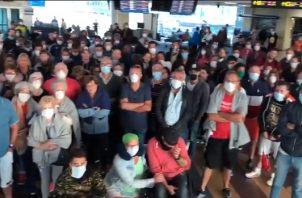 Estos pasajeros quedaron varados en el Aeropuerto de Tocumen, luego de que sus vuelos fueran cancelados.