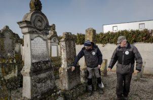 Tumbas, escuelas y muros de aldeas judías han sido desfigurados con esvásticas y referencias nazis en la región alsaciana de Francia. Foto / Kasia Strek para The New York Times.