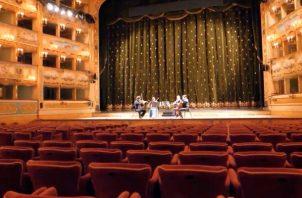 Un cuarteto de cuerdas tocó el 2 de marzo en una vacía casa de ópera la Fenice, en Venecia; el concierto fue transmitido en vivo vía YouTube.