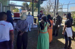 Los indígenas fueron retenidos por la Fuerza Pública en San Vito de Coto Brus. Foto: Mayra Madrid.