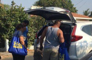 Bolsas con alimentos secos y artículos de aseo personal fueron distribuidas entre los que más necesitan. Foto: Thays Domínguez.