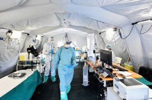 Los hospitales en el norte de Italia están levantando carpas inflables para atender a miles de pacientes de coronavirus. Foto / Flavio Lo Scalzo/Reuters.