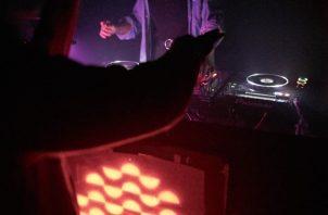 La DJ Nazira en Zvuk, un evento de antro que fundó en Almaty. Foto / Damir Vtow para The New York Times.