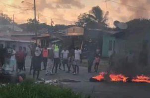 Residentes queman tanques de basura
