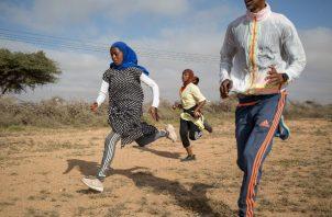 Hamda Abdi Dahir (izq.) y Hanna Mukhtar entrenan con su coach. Más mujeres acogen el deporte. Foto / Mustafa Saeed para The New York Times.