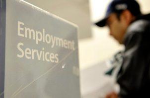 El promedio de solicitudes en las cuatro últimas semanas, que indica la tendencia del mercado laboral, subió a la cifra sin precedentes de 2,61 millones.