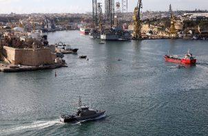 Un barco mercante (der.) en Malta en el 2019 luego de que migrantes tomaran el control para no ser devueltos a Libia. Foto / Anne Aquilina/EPA, vía Shutterstock.