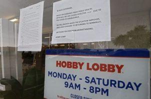 La tienda de artesanías 'Hobby Lobby' en el norte de Dallas permanece cerrada y así evitar la propagación del coronavirus. EFE