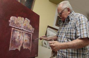 Mario Calvit, maestro de la plástica panameña, en pleno proceso creativo. Aurelio Herrera