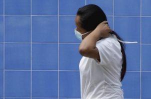 Al corte realizado el domingo 5 de abril por el Minsa, la cantidad de personas infectadas de COVID-19 en Panamá es de 1.988. Foto EFE