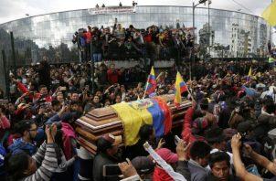 Unos 4.000 ataúdes de cartón para Guayaquil donde siguen recogiendo cadáveres