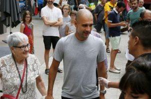 Pep Guardiola junto a su madres Dolors Sala Carrió. Foto:EFE