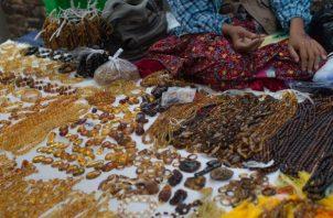Mucho del ámbar rico en fósiles es de Myanmar, que ha sido acusado de genocidio. Una vendedora de ámbar. Foto / Ye Aung Thu/Agence France-Presse — Getty Images.
