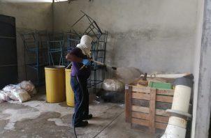 El cuerpo de bomberos de Coclé, dirigido por el coronel jefe Roderic Salcedo se encargó del lavado y desinfección de esta planta. FOTO/CORTESÍA GOBERNACIÓN DE COCLÉ