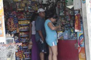Al realizar la comprar, la persona tiene que presentar su cédula para pasarla por la máquina de cobro y de esa manera se hace el pago.