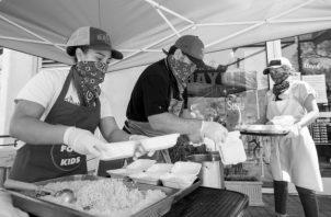 Algunos han optado por regalar diariamente un almuerzo a los más necesitados. Foto: EFE.