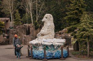 Washed Ashore toma basura de la playa para crear esculturas. Daisy la Osa Polar en el Zoológico de Oregon. Foto / Mason Trinca para The New York Times.
