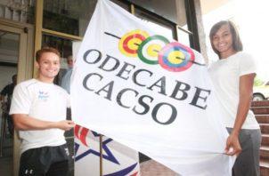 Atletas panameños con la bandera de Odecabe. Foto:Anayansi Gamez