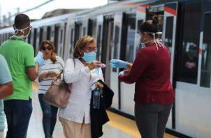 El metro ha establecido algunas normas sanitarias en los viajes. Archivo