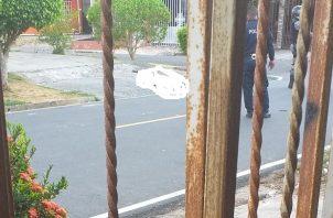 La víctima, quien intentó escapar de los sicarios, los cuales lo sorprendieron al salir de un callejón, quedó tendido en la acera. FOOTO/Eric Montenegro
