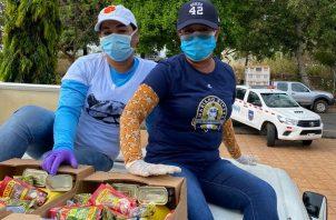 Familiares de Mariano Rivera repartieron este sábado, por segundo día consecutivo, más de 2,400 cajas de comida en Puerto Caimito.