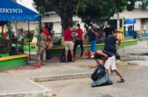 Los 27 hombres y tres mujeres aprehendidos por la Policía Nacional (PN), debieron realizar la limpieza de espacios públicos, entre ellos el parque Tomás Martín Feuillet. Foto/Eric Montenegro