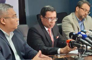 Guillermo Torres (centro), director del Idaan.