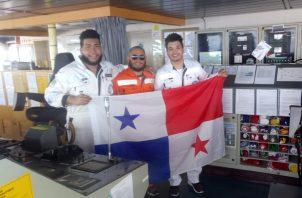 Ian Lara y Javier Aranda junto al capitán del barco en el Golfo Pérsico.