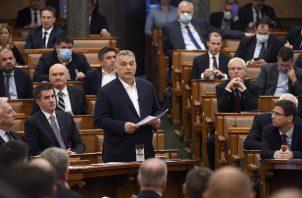 El primer ministro de Hungría, Viktor Orban (cen.), declaró emergencia y buscó eludir al Parlamento. Foto / Tamas Kovacs/EPA, vÍa Shutterstock.