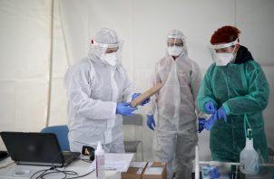 Las pruebas serológicas analizan la sangre del contagiado.