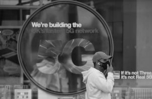 Pensábamos que por tener celulares de última generación, internet, data 5G, etc., nos sentimos como ciudadanos del primer mundo. Foto: EFE.