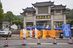 El Gobierno chino está enviando a gente a monitorear los funerales de víctimas del coronavirus en Wuhan. Foto / Hector Retamal/Agence France-Presse — Getty Images.
